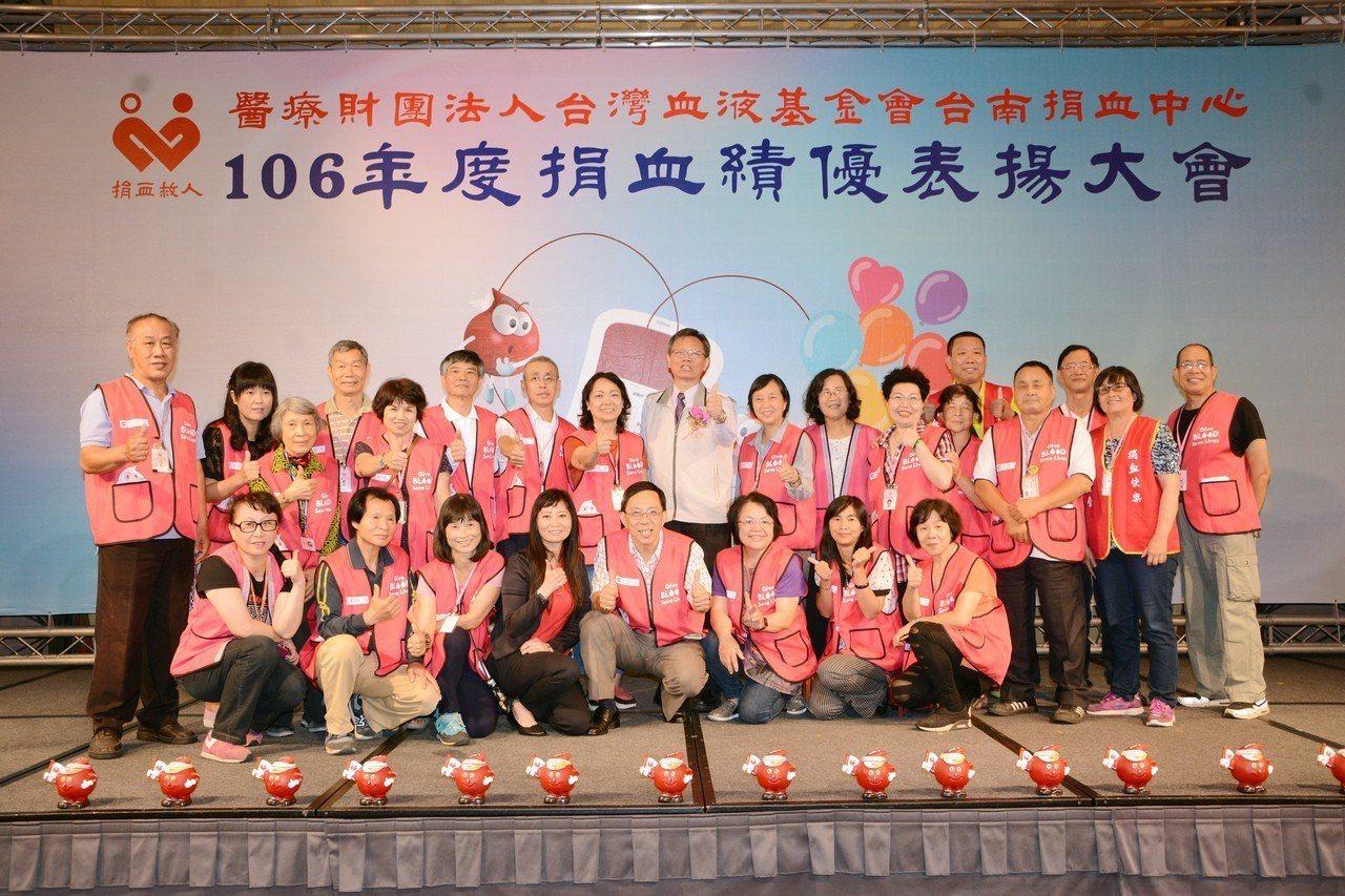 去年台南捐血中心表揚大會結束後,志工一同合影,第二排左一為曾英華、第一排右三為蘇...