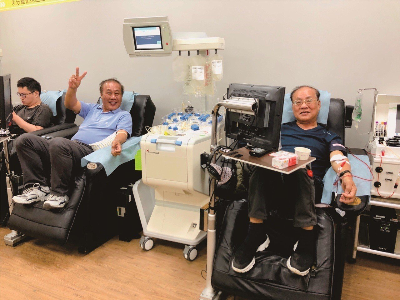 曾英傑(右)與曾英華兄弟之前常相約捐血。圖/台南捐血中心提供