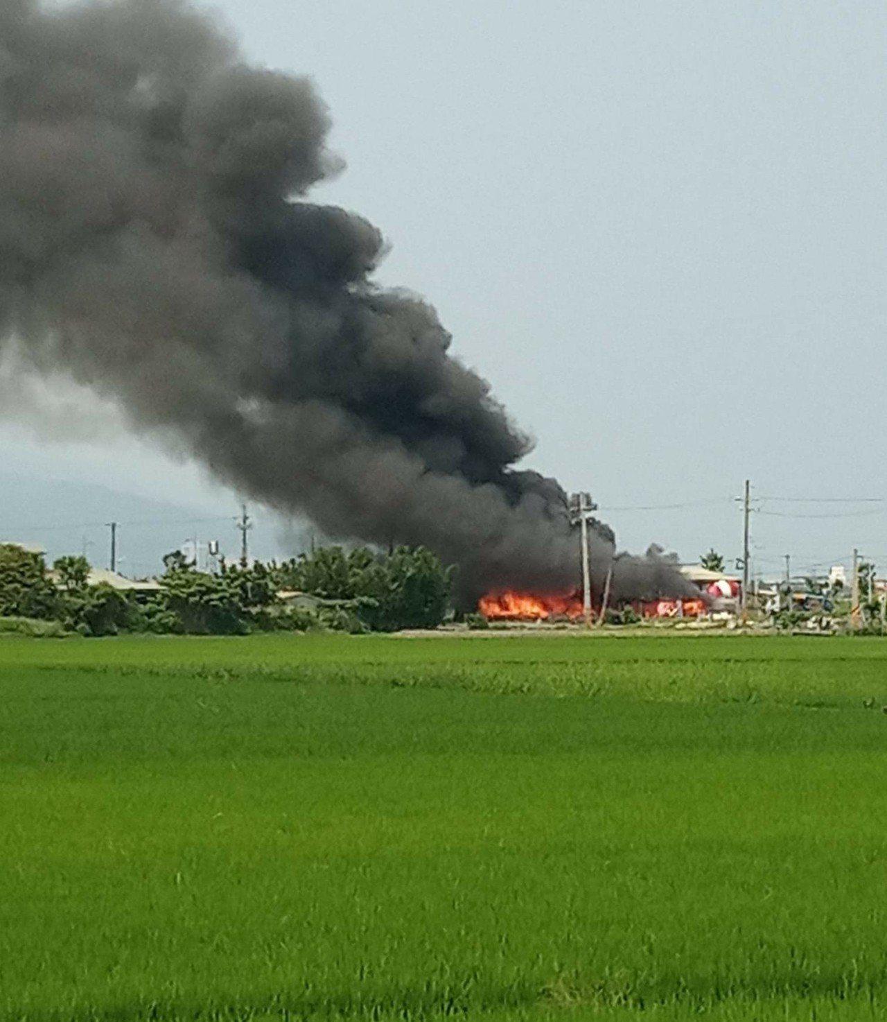 礁溪鄉興農路上有一間廢棄回收廠起火,現場冒出濃濃黑煙。圖/翻攝FB社團宜蘭知識+
