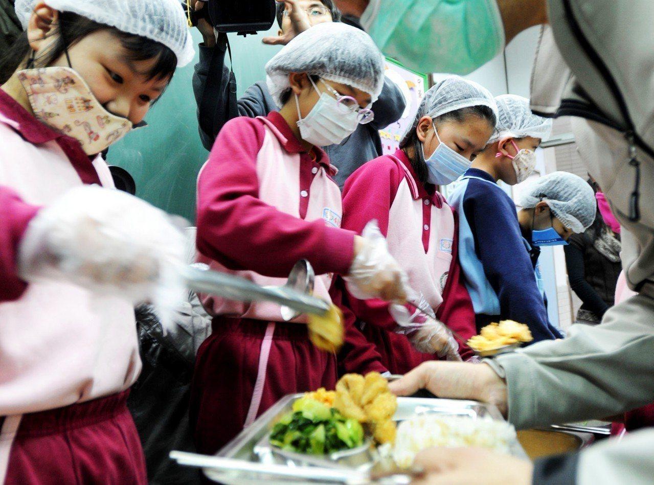 國教署因此與灃食教育基金會合作辦理「SUPER校廚大賽」,廣召全台灣校園廚師共同...