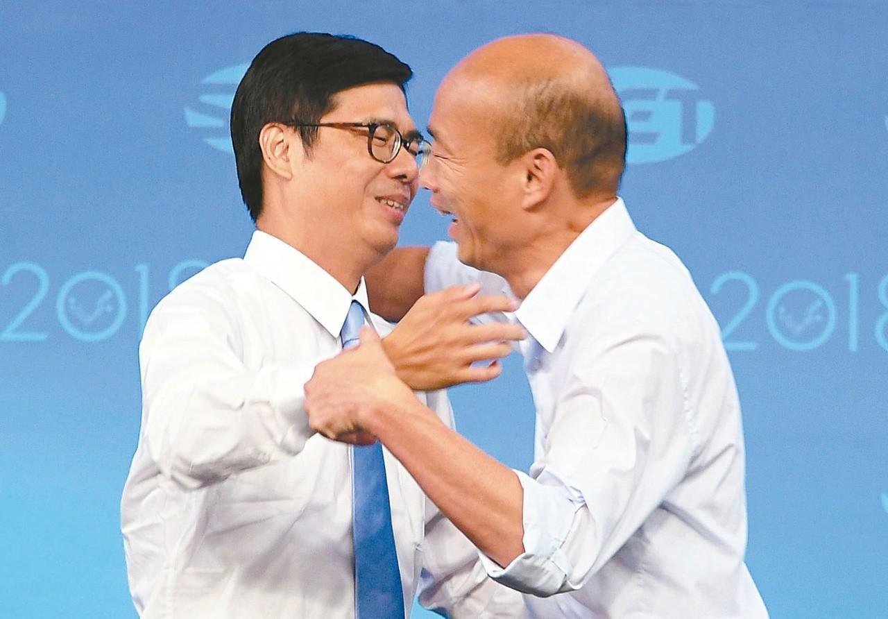 圖為韓國瑜(右)和陳其邁(左)去年電視辯論後相互擁抱。圖/三立提供