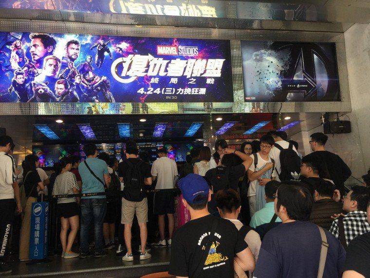 北市戲院門口欣賞「復仇者聯盟:終局之戰」的人龍。記者蘇詠智/攝影