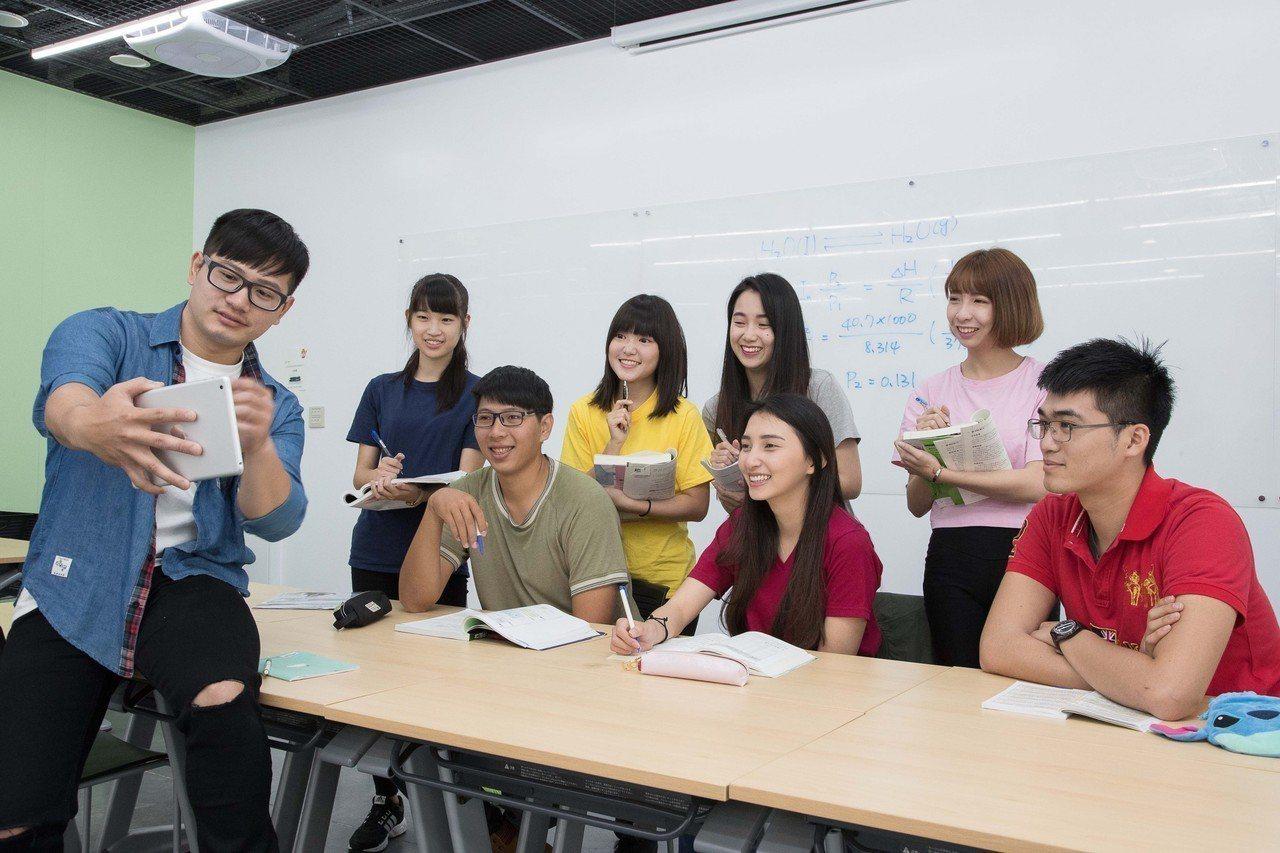 嘉南藥理科大宣布繼續不漲學雜費,但會繼續投資教學與環境設施。圖/老師王耀德提供