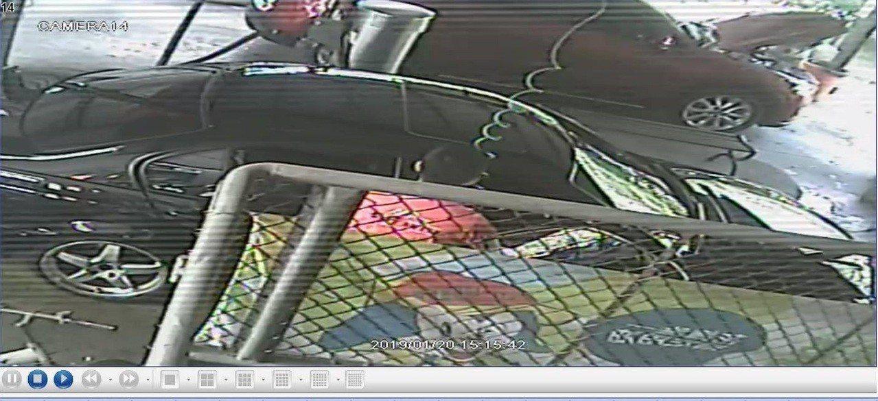 鄺姓男子被加油站內監視器拍到兩度持噴槍,接近女兒所坐的右前座。記者林伯驊/翻攝