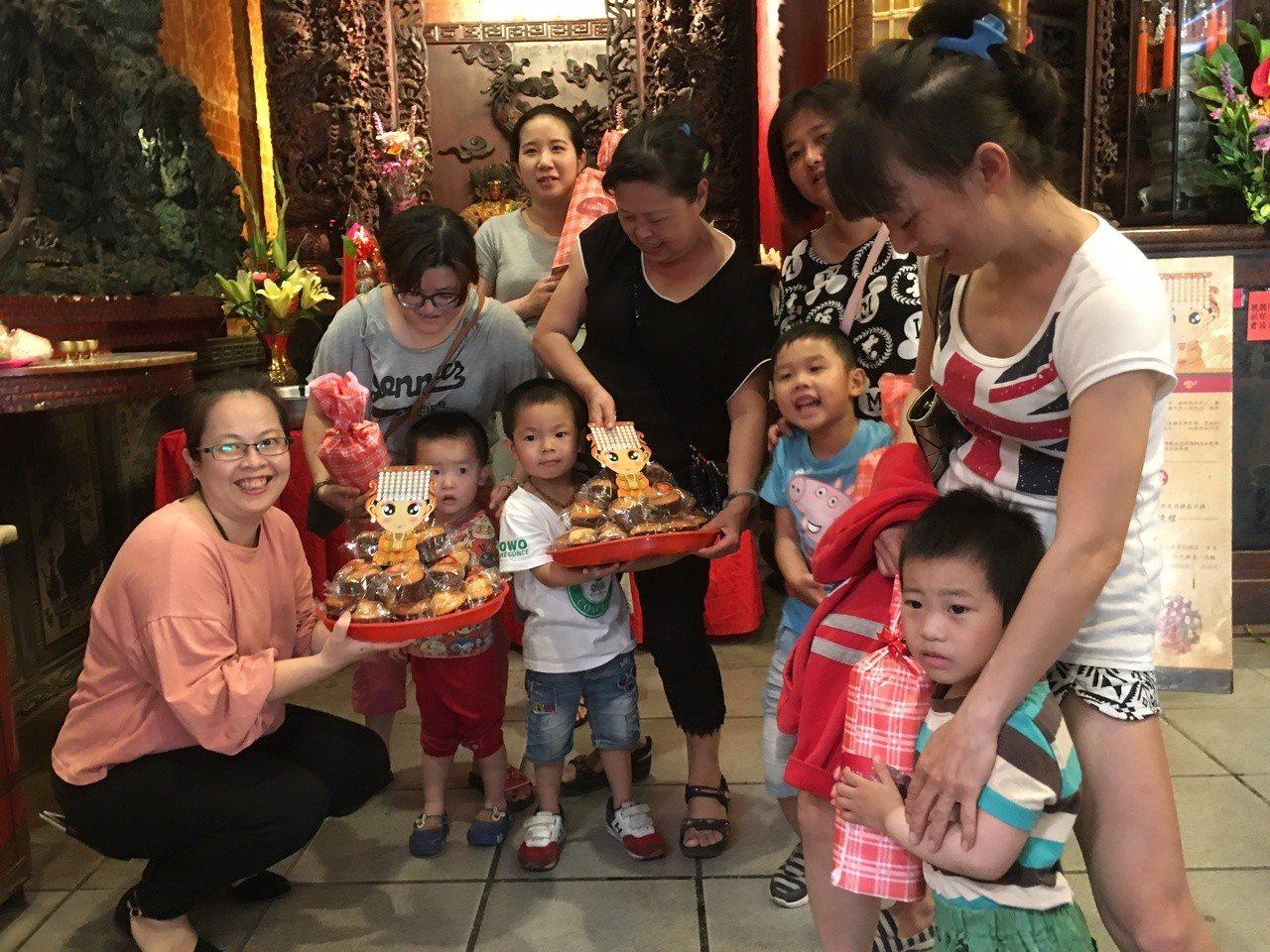 今天是民間信仰「註生娘娘」聖誕,雲林縣西螺福興宮一早就有許多家長帶著孩子「回娘家...