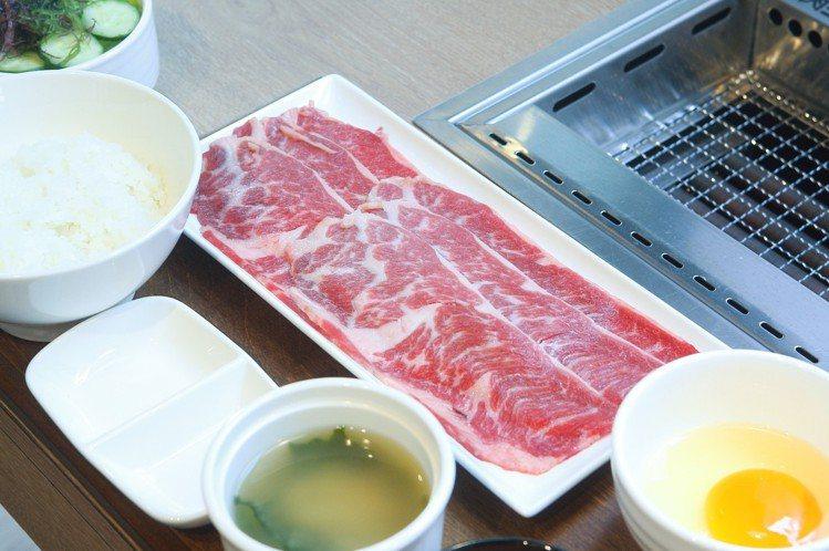 美國安格斯!牛肉壽喜燒套餐,每份售價340/490元。記者陳睿中/攝影