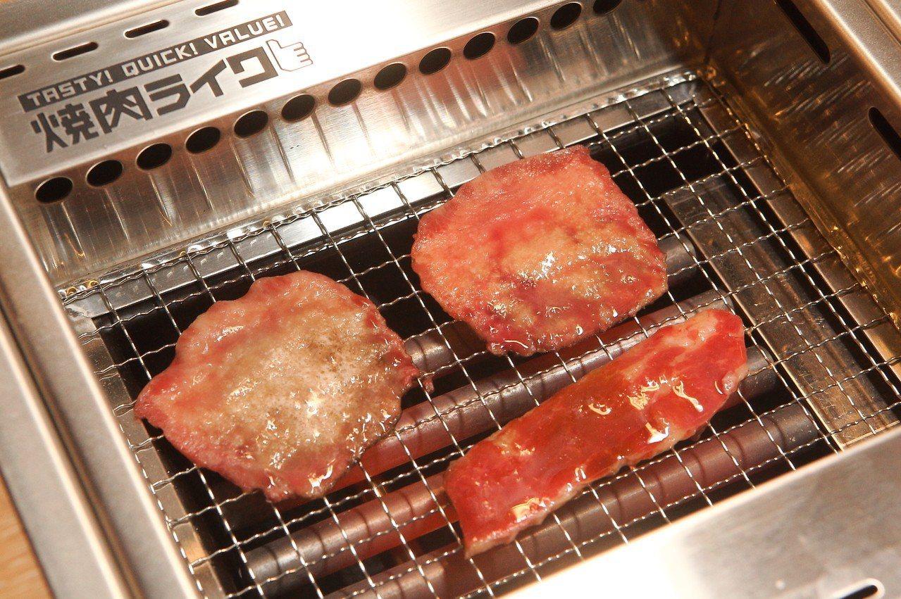 約A4大小的烤爐,周圍有吸煙裝置,避免異味產生。記者陳睿中/攝影