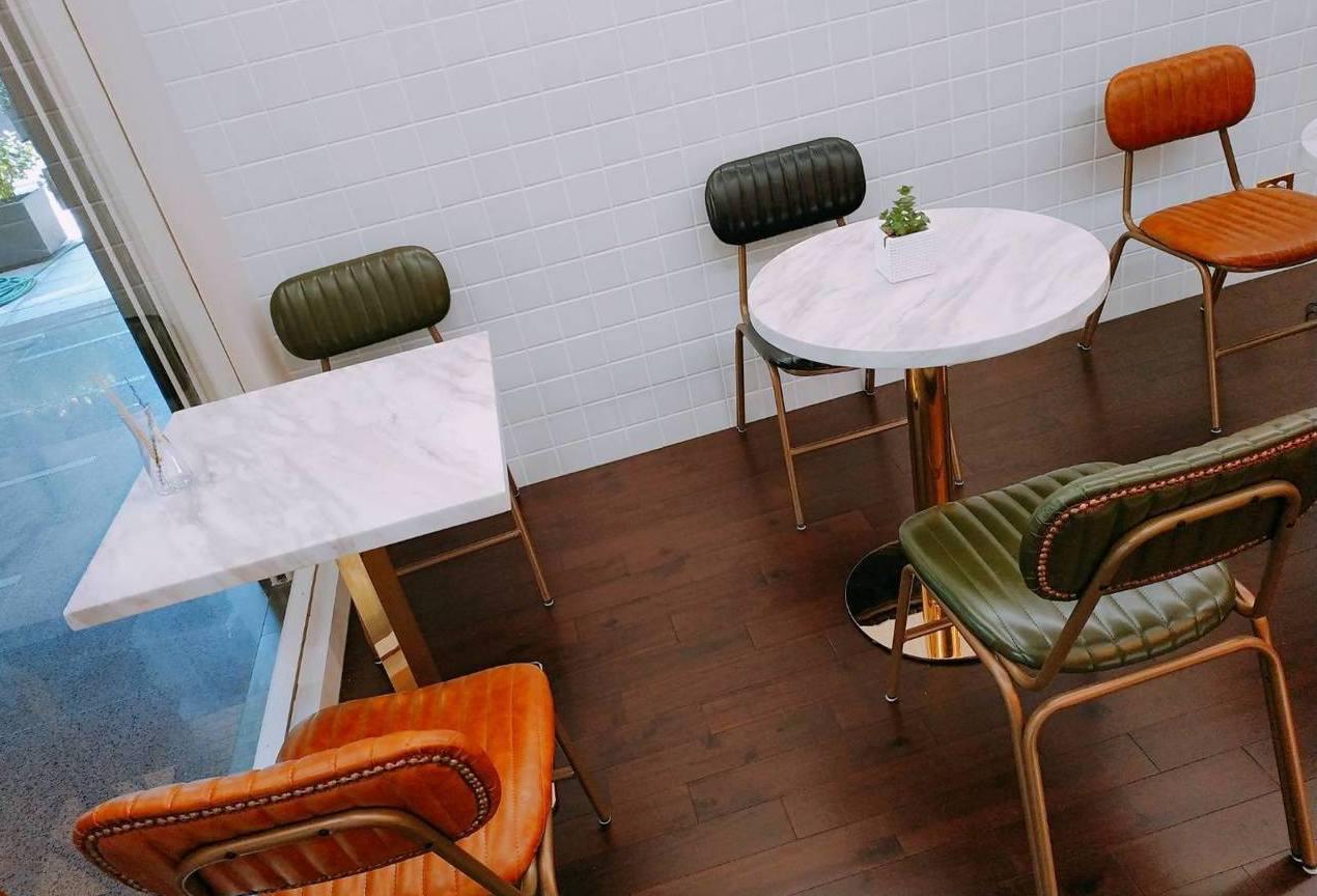 「東橋商店」麵包店備有內用桌。圖/東橋商店提供