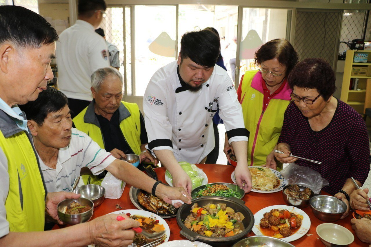 桃園光啟高中餐飲科教師蘇俊豪(中)為社區長輩上菜。記者施鴻基/攝影