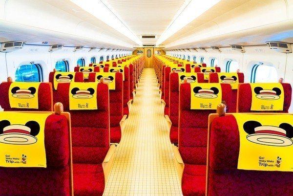 「JR九州Waku Waku Trip新幹線」的米奇彩繪列車,車廂內可看見米奇配...