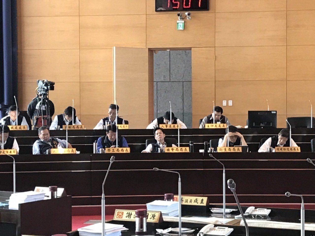 台中市議會為了花博案,藍、綠議員在議場上相互叫囂,吵得不可開交,台中市社會局長李...