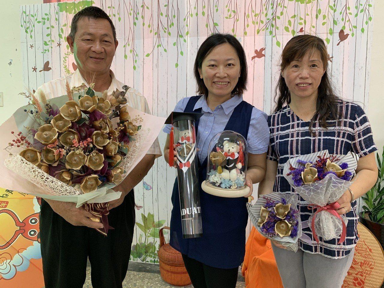 台南佳里漳洲社區發展「木玫瑰」手工產業,為社區帶進收入。記者吳淑玲/攝影