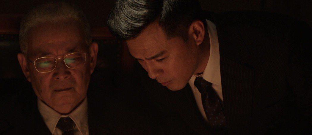 石峰(左)、竇智孔於片中過招對戲。圖/費思兔文化娛樂提供