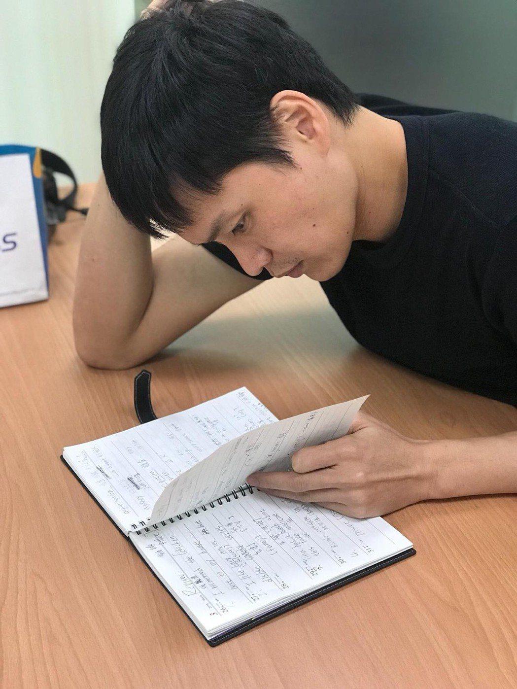 黃鐙輝當年聯考英文才10幾分,後來知道英文的重要性,如今拿回書本重新補英文課。圖...