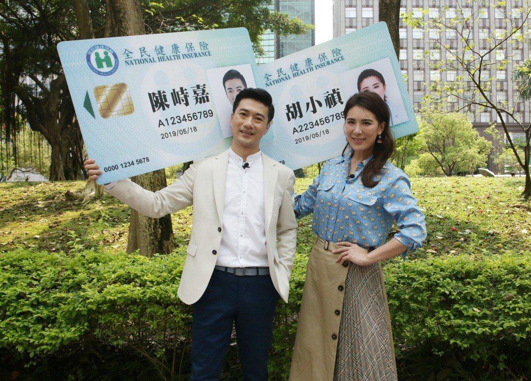 小禎(右)和中醫師陳峙嘉主持緯來「醫次搞定」。圖/緯來提供