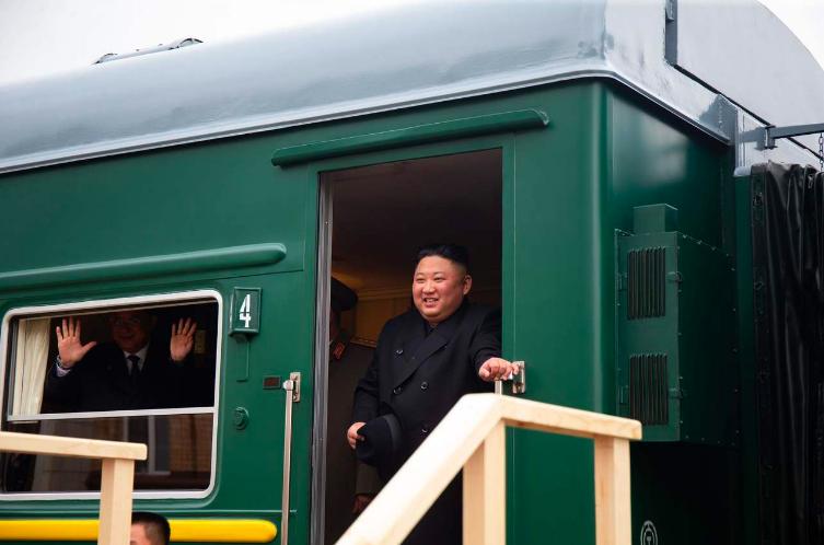 金正恩乘坐的專列24日抵達俄朝邊境城市哈桑時,他笑容滿面地站在車廂入口向俄國官員...