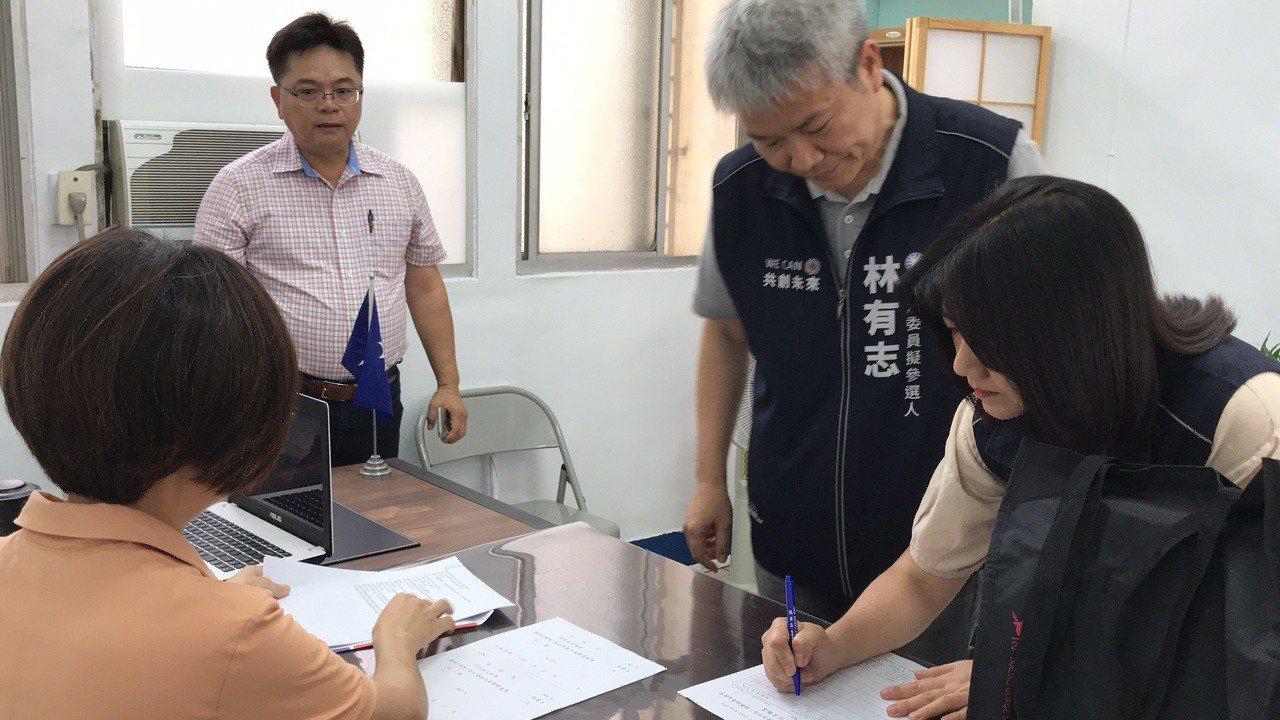 國民黨組發會副主委林有志(右二)一早到縣黨部辦理初選登記。記者王燕華/攝影