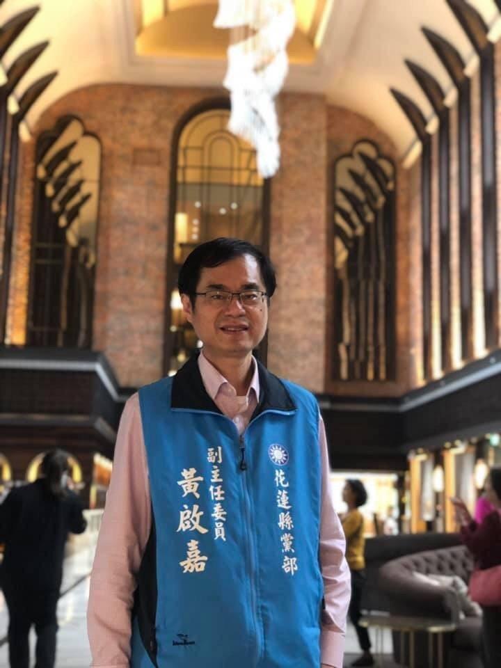 醫師黃啟嘉今天也到縣黨部辦理初選登記。圖/翻攝黃啟嘉臉書