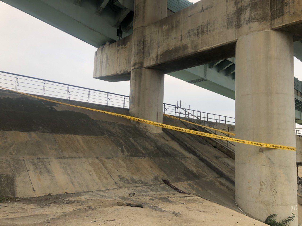 新北市台64線高架道路板橋往三重路段下橋引道,今天下午發生隔音牆養護工人墜落的工...