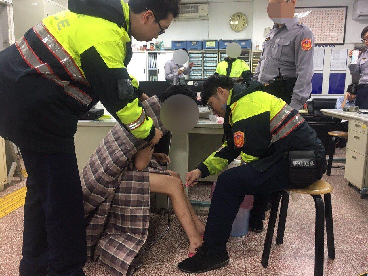 警方將吳女帶回派出所時,她手腳受傷、全身發抖,不斷支吾其詞、無法明確表達言語。警...