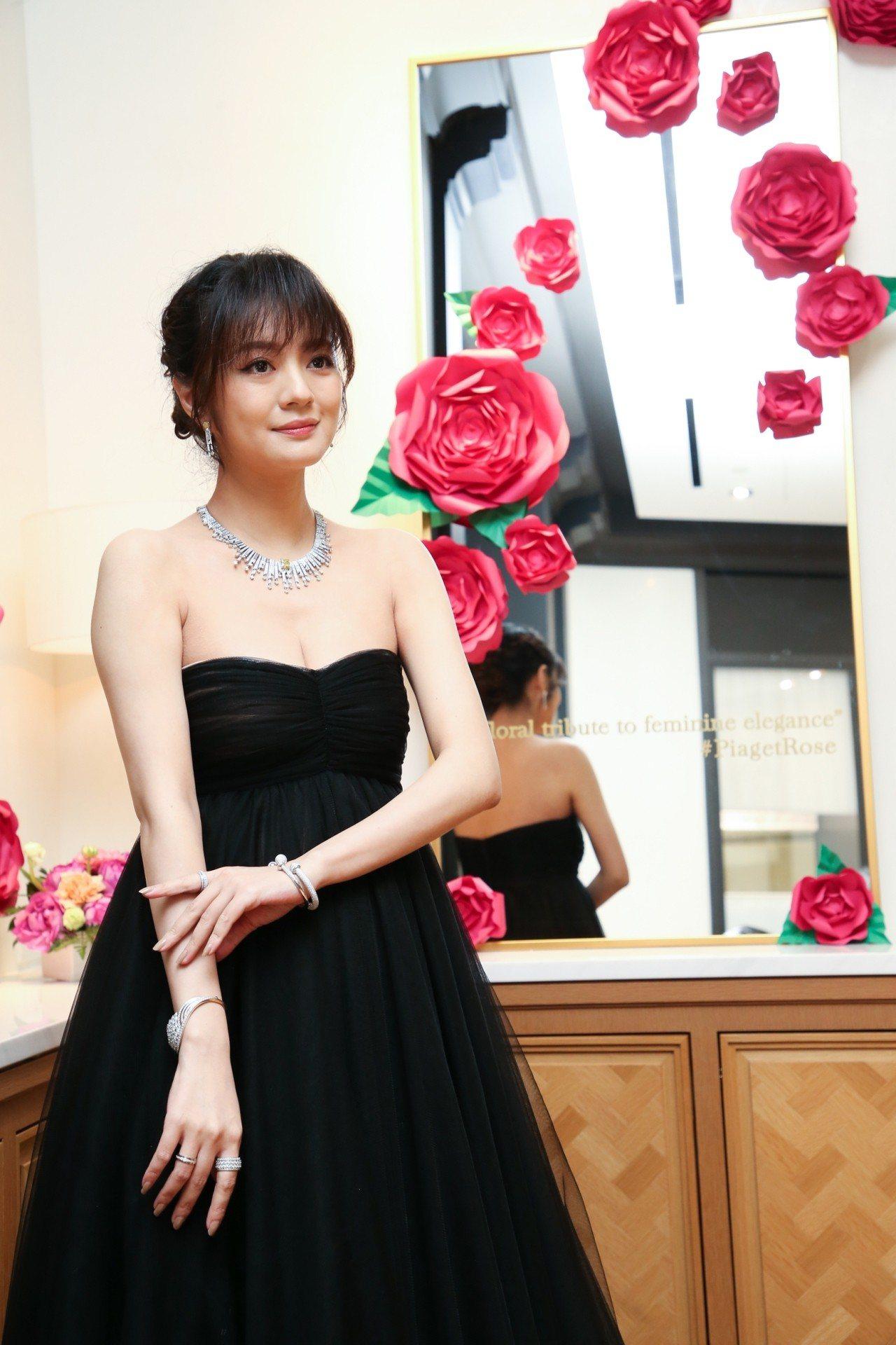 懷孕7個月的安以軒今日特地配戴千萬珠寶出席伯爵母親節玫瑰花活動。記者吳致碩/攝影