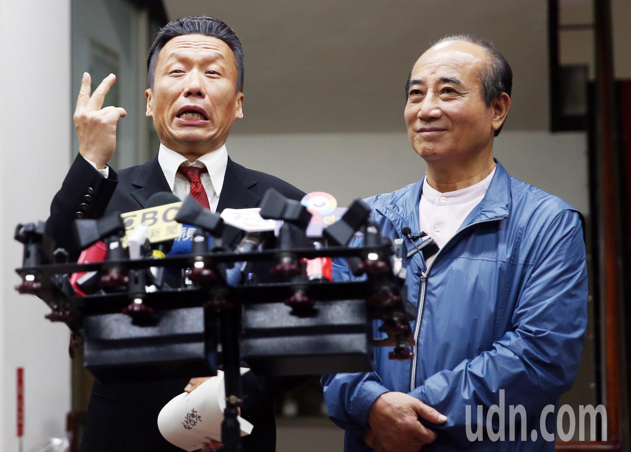 王金平(右)下午參加綜藝節目錄影,和扮演郭台銘角色的郭子乾(左)對戲,兩人在結束...