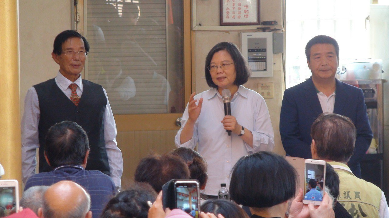 總統蔡英文今天下午在苗栗縣竹南鎮「鎮安宮」參拜,向民眾說明政府效能提升。記者胡蓬...