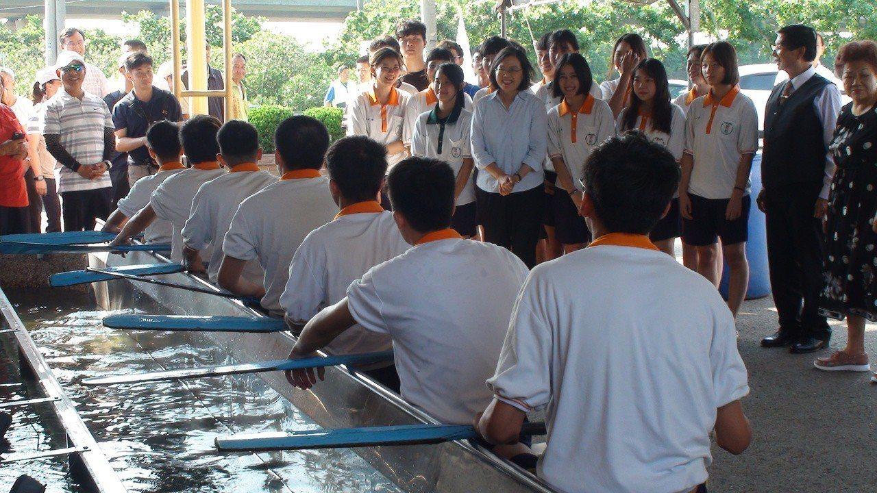 總統蔡英文今天下午在苗栗縣竹南鎮「鎮安宮」參拜,並參觀學生在龍舟模擬水道練習。記...