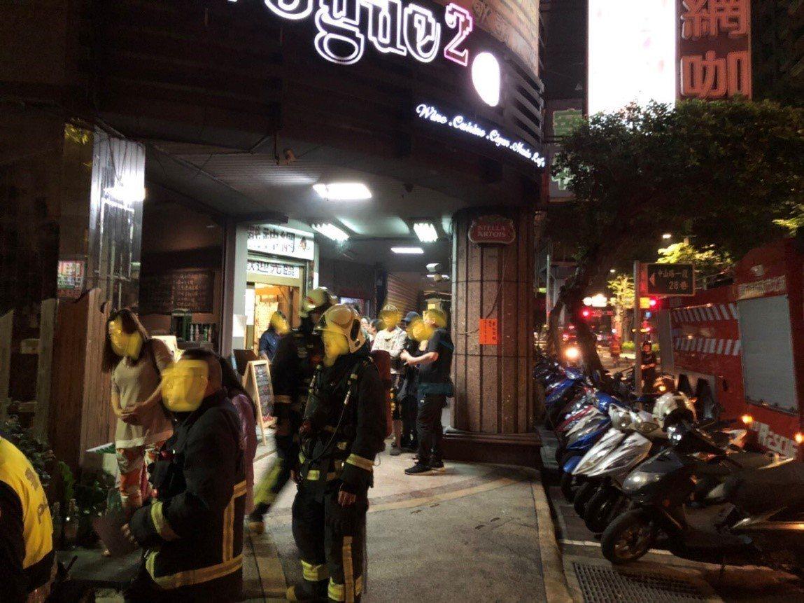 黃男在酒吧因故與人起口角,20日凌晨前往酒吧朝店門口潑汽油縱火,永和警於24小時...