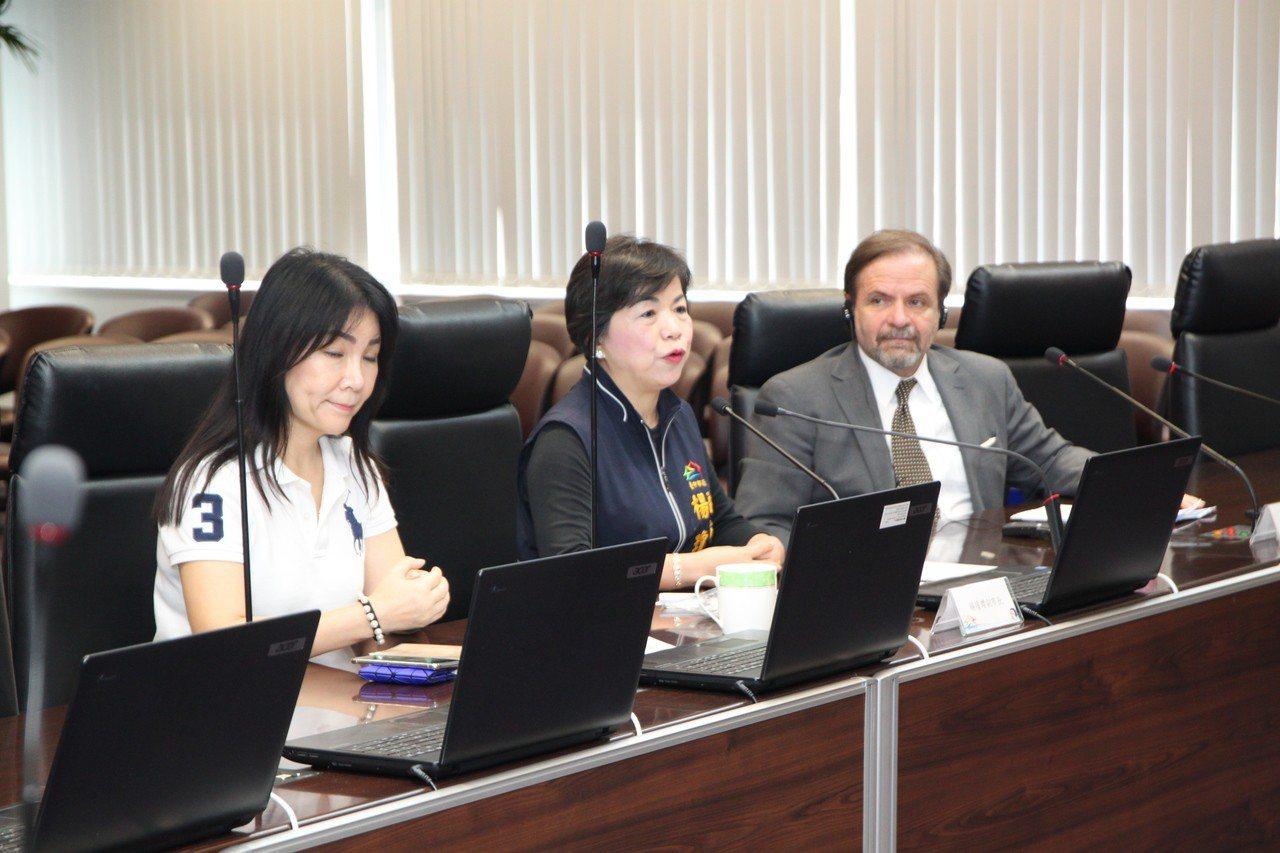 台中市副市長楊瓊瓔(中)感謝歐洲在台商務協會為了台灣環境的努力,歡迎各國人才來台...