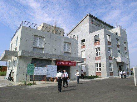 台南大學七股校區內的機電中心。圖/南大提供