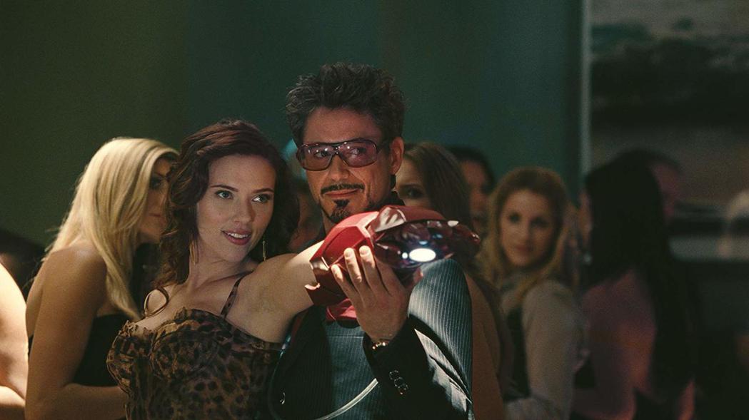 「鋼鐵人2」順勢帶出黑寡婦,讓漫威英雄片的連續性逐漸成形。圖/摘自imdb