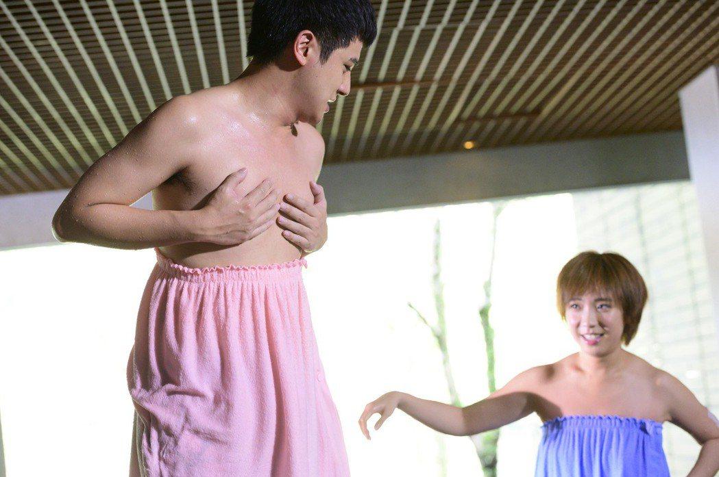 梁舒涵(右)、曾子余上演泡湯戲。圖/TVBS提供