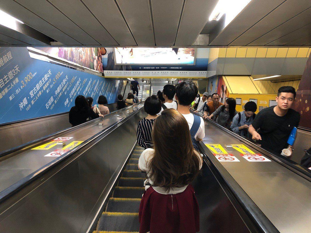 台北捷運表示,「靠右站立」已在14年前停止,目前是以「緊握扶手、站穩踏階」宣導電...
