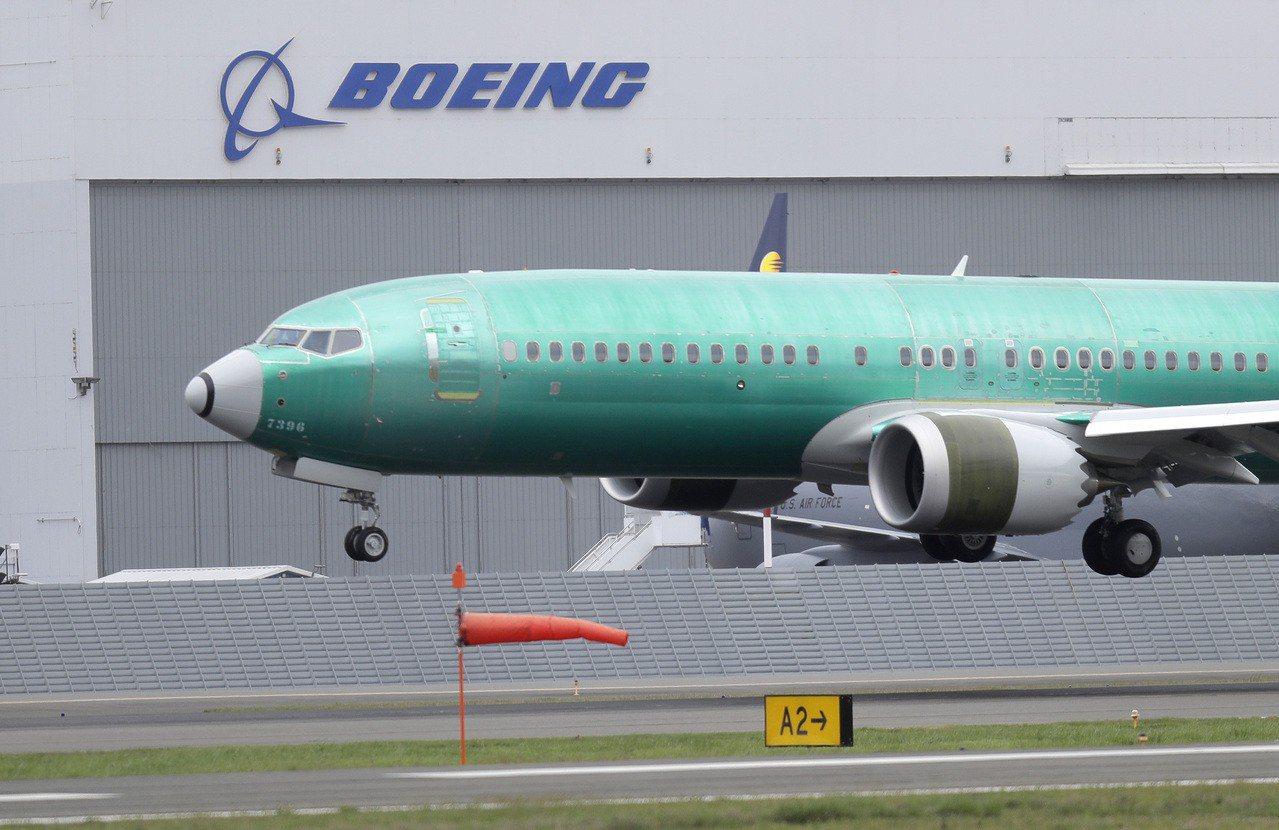 波音公司發表737 MAX停飛後的首份財報,獲利較去年同期下滑21%。 美聯社