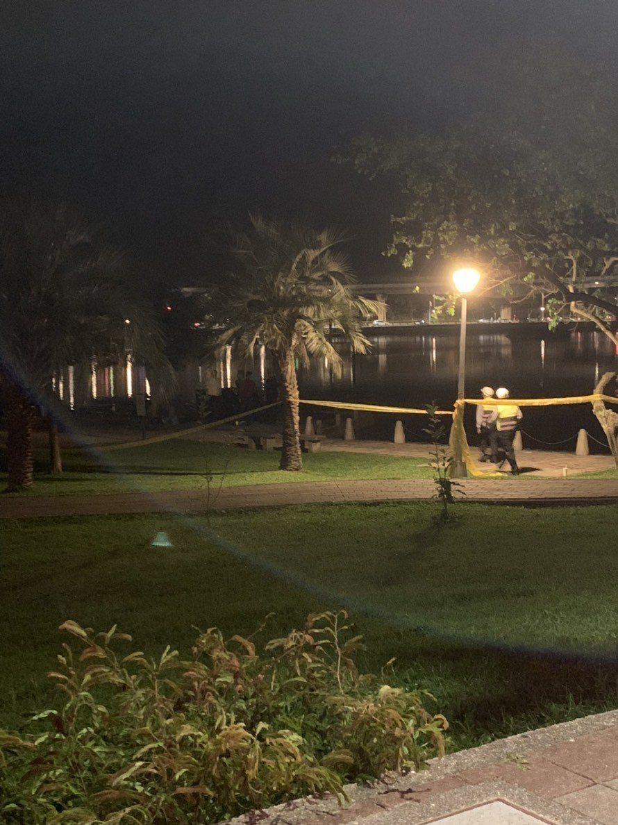 台北市大湖公園傳出有浮屍,消防隊出動船艇打撈,發現1具年約60歲的男性遺體。記者...