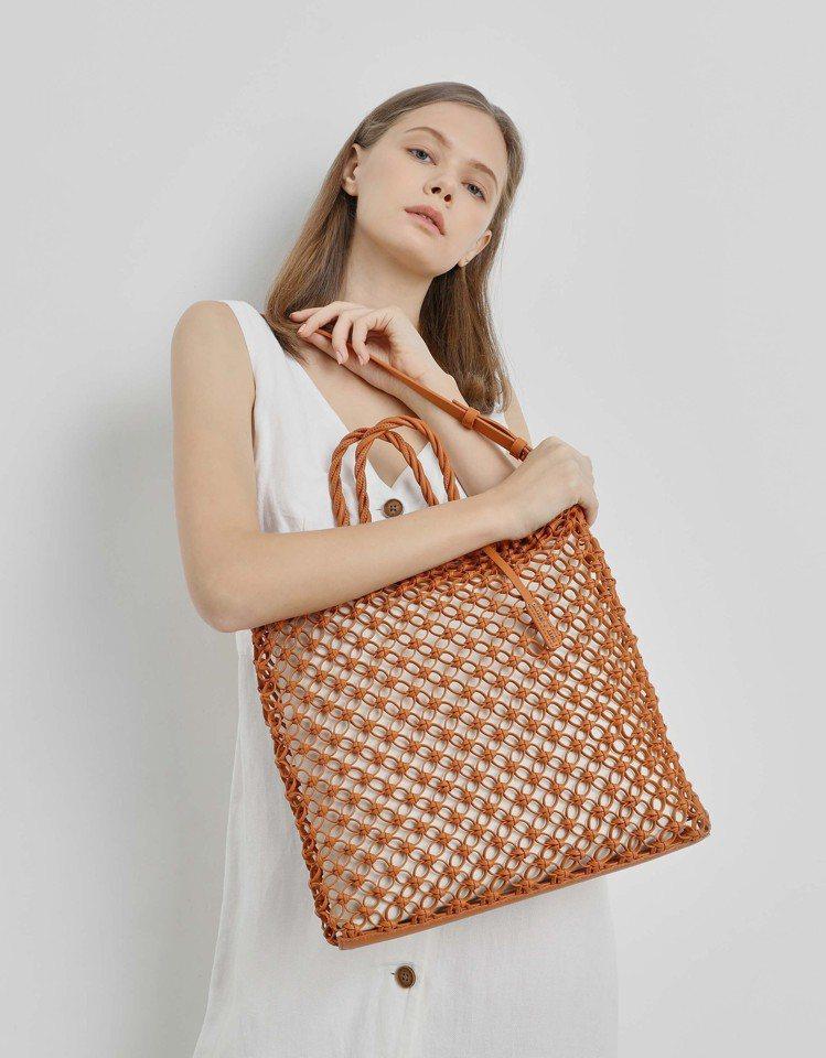 CHARLES & KEITH 推出許多融入春夏流行編織元素的時尚單品。圖/CH...