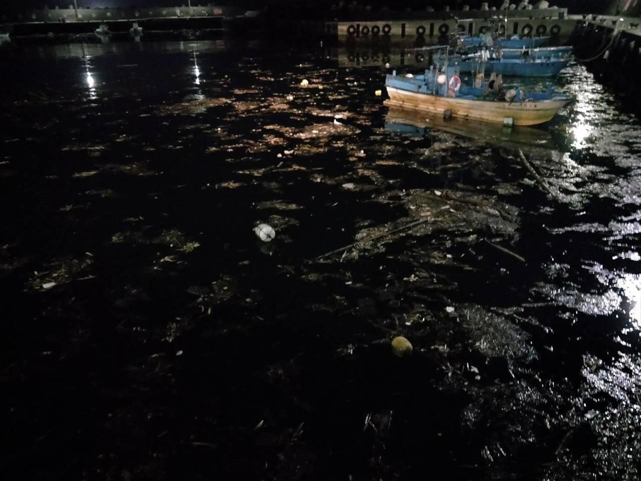 金山萬里靠岸海面,今天晚間出現大量垃圾,最嚴重的是水尾漁港及一旁的沙灘。圖/郭慶...