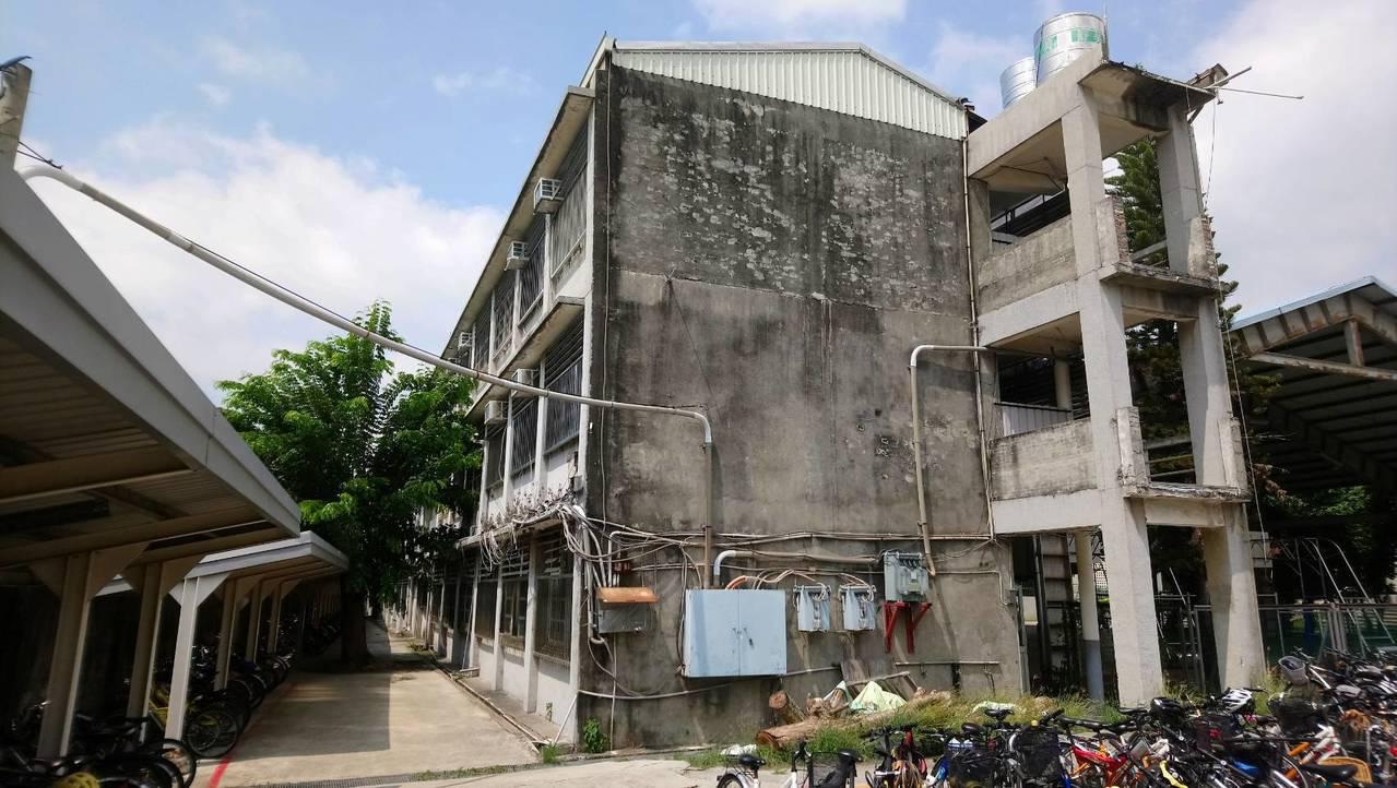 員林國中的西側教學大樓在九二一大地震後列為危險教室,直到去年縣府才同意編列經費拆...