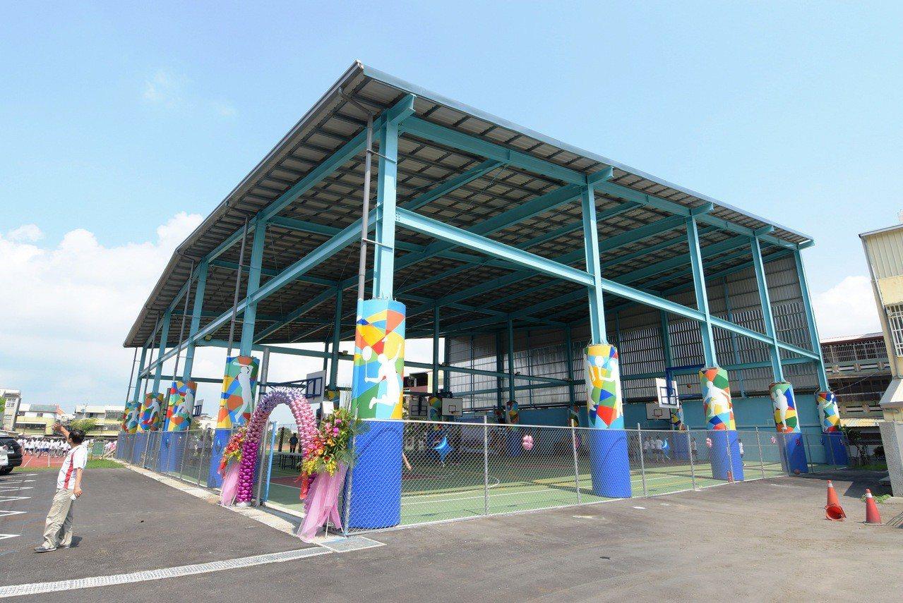 員林國中現有風雨球場早在2006年報准拆除,卻繼續勉強使用至今,直到今天學生才開...