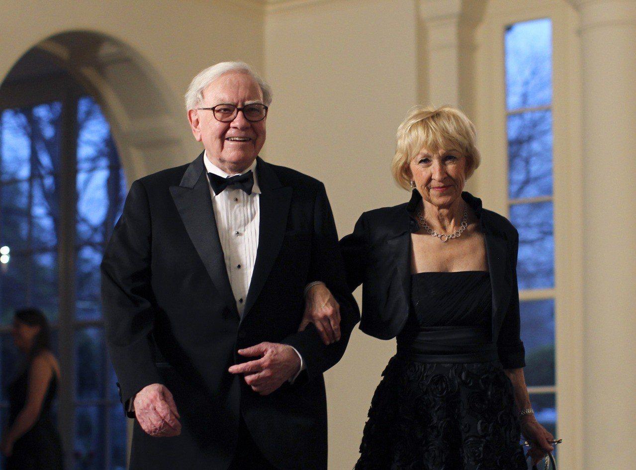 巴菲特與妻子Astrid Menks七年前赴白宮參加一場晚宴的檔案照。 路透