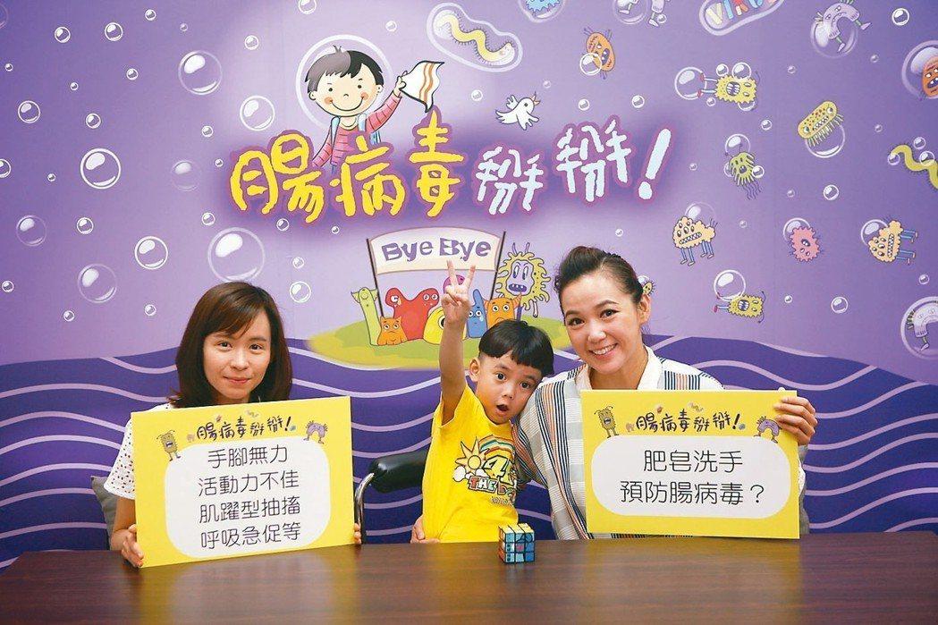 布丁姐姐陳櫻文(右)與防疫醫師吳佩圜(左)一起示範自製消毒水。 圖/疾管署提供