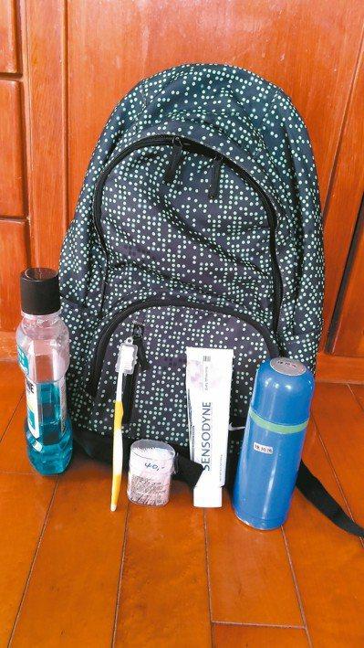 每次出遊,我的背包裡隨身攜帶潔牙用具,牙刷、牙膏、牙籤、杯具(以熱水瓶蓋取代)、...
