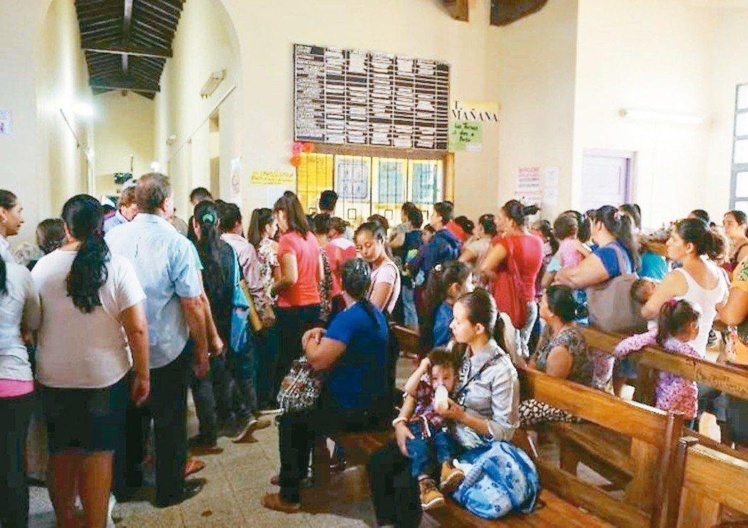 巴拉圭醫院過去多為人工作業,醫院人滿為患。 圖/國泰醫院提供