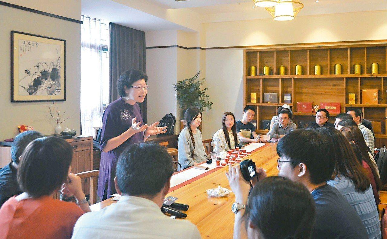 兩岸茶專家在武夷山品茶交流。 記者鄧智元/攝影