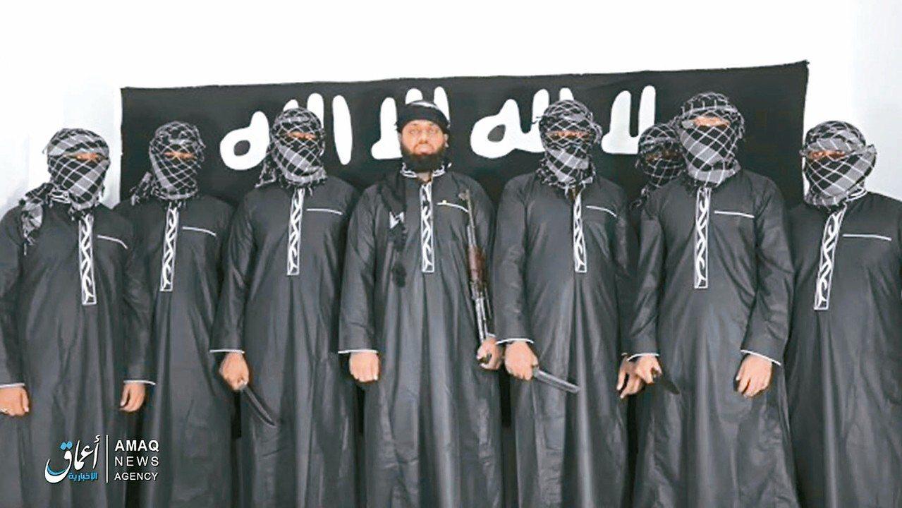 「伊斯蘭國」(IS)廿三日在網路發布一段影片,影片中斯里蘭卡恐攻主嫌哈辛姆(中)...
