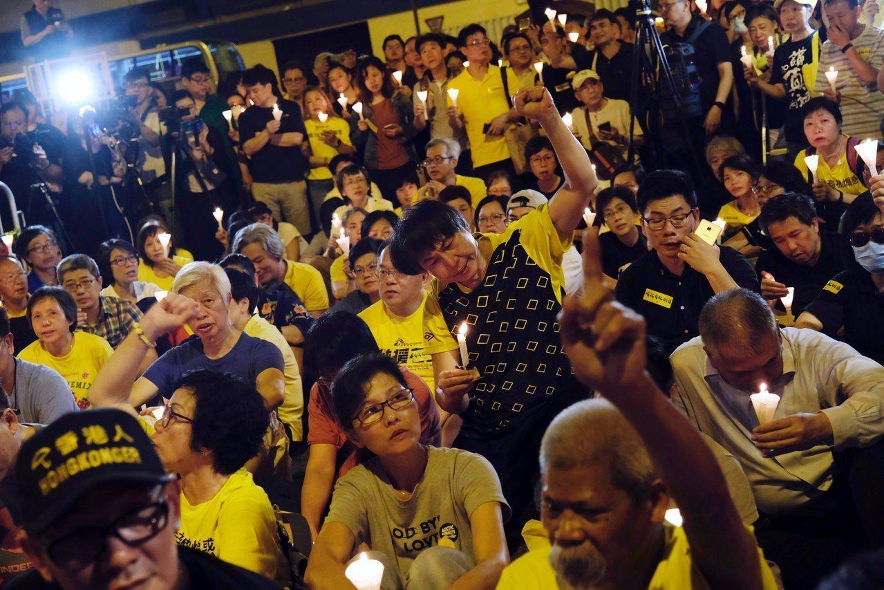 香港「占中」案四名被告昨天被判即時入獄後,晚間有數百名港人在荔枝角收押所外,手持...