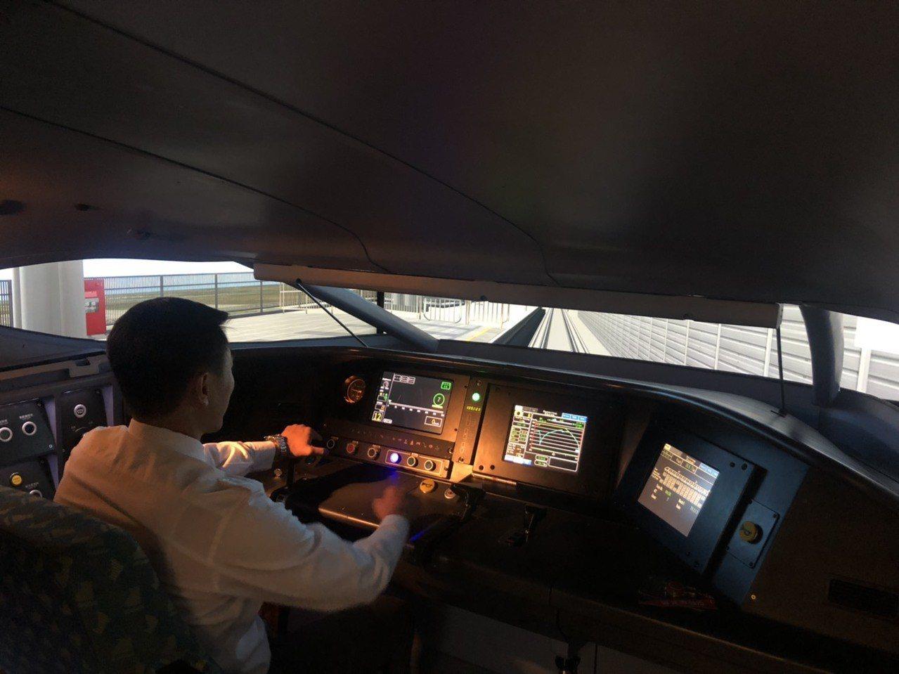 高鐵列車駕駛模擬機內。 記者侯俐安/攝影