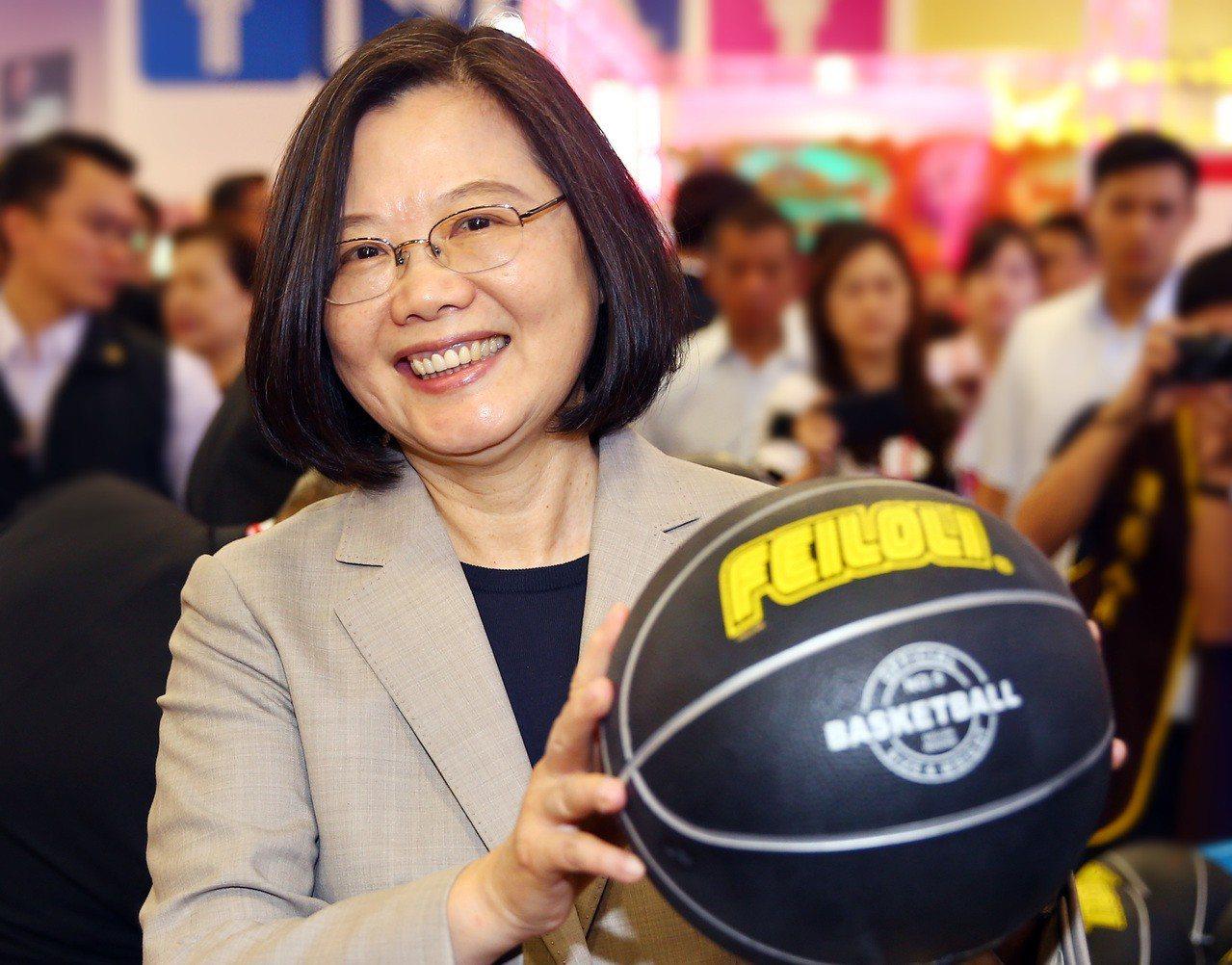 蔡英文總統上午前往台北世貿參觀台灣電子遊戲機國際產業展,蔡總統在開幕式後走到展示...