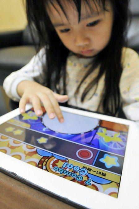世界衛生組織24日公布指南表示,2歲以下幼兒不應有任何接觸電子螢幕的時間,2至5...